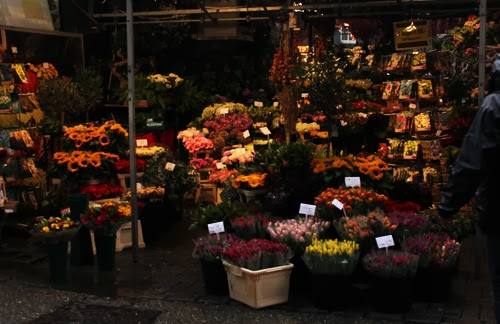 Ein Stand am Blumenmarkt in Amsterdam.