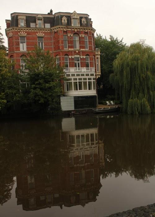 schickes Haus am Wasser in Amsterdam