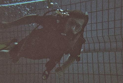 Taucher schwimmt unter Wasser im Schwimmbecken