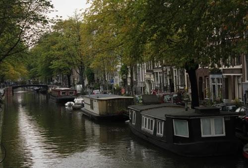 Blick auf einen Kanal mit Hausbooten in Amsterdam