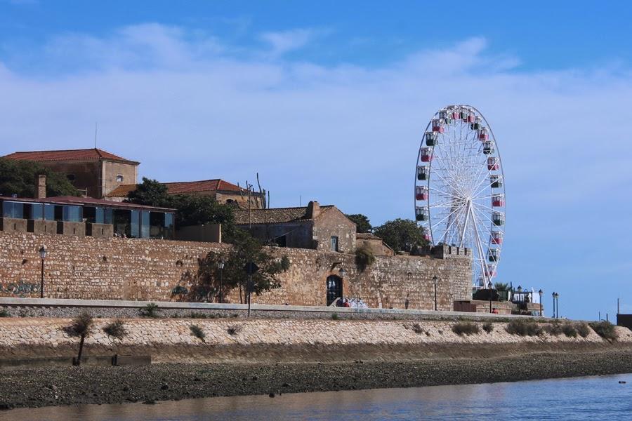 Riesenrad am Rand der Altstadt von Faro