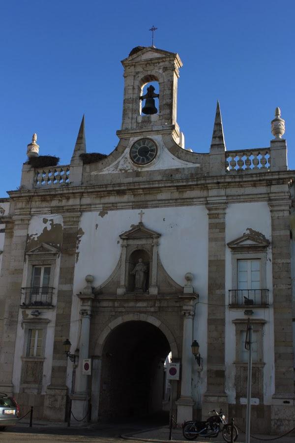 Glockenturm mit Storchennestern in Faro