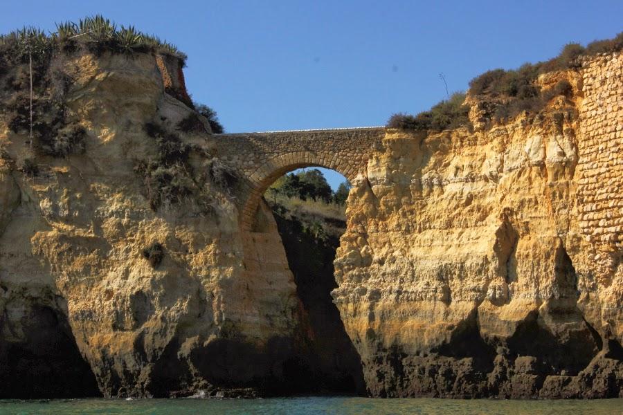 Brücke zwischen zwei Felsen an der Küste