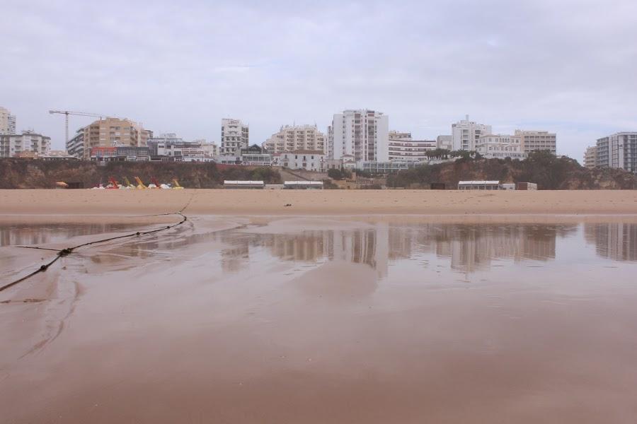 Blick vom Strand auf die Hotels in Praia da Rocha