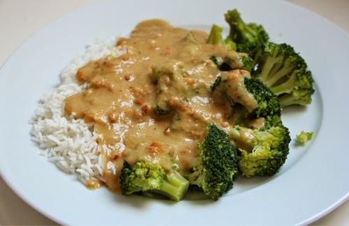 Brokkoli mit Reis und Erdnusssoße