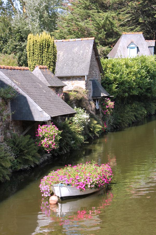 Pontrieux Bretagne, ein mit Blumen bepflanztes Boot ankert im Fluss.