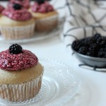 Rezept: Vanillecupcakes mit Brombeerfrosting