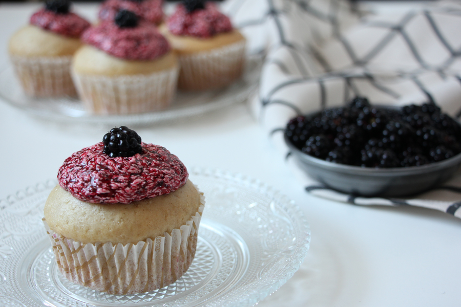 Vanille-Cupcakes mit Brombeerfrosting 1