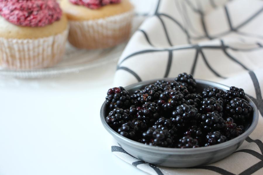 Vanille-Cupcakes mit Brombeerfrosting 2