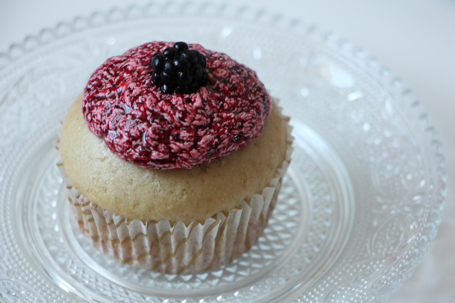 Vanille-Cupcakes mit Brombeerfrosting 3