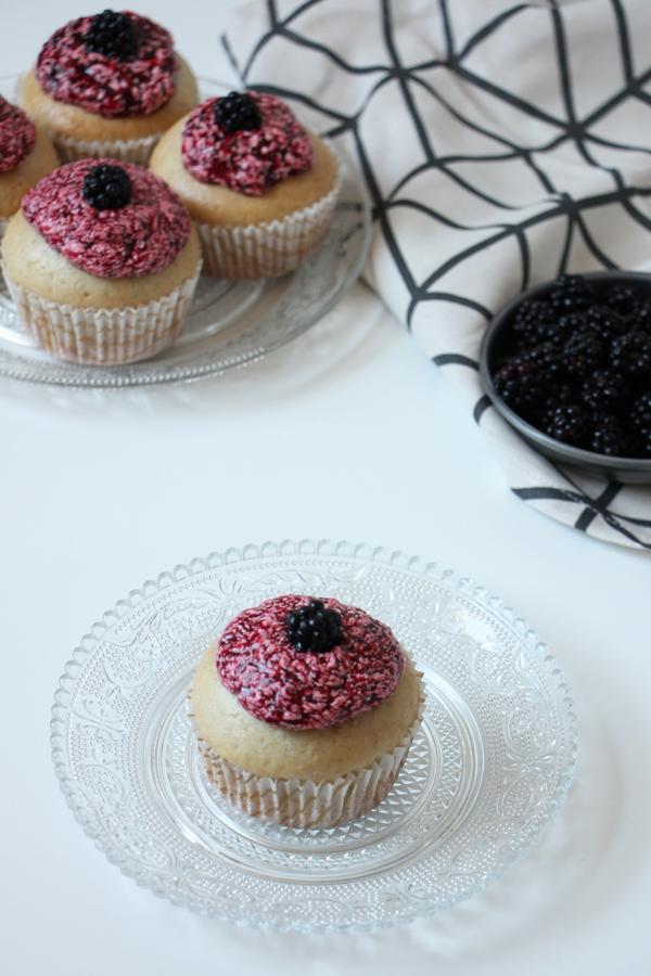 Vanille-Cupcakes mit Brombeerfrosting 4