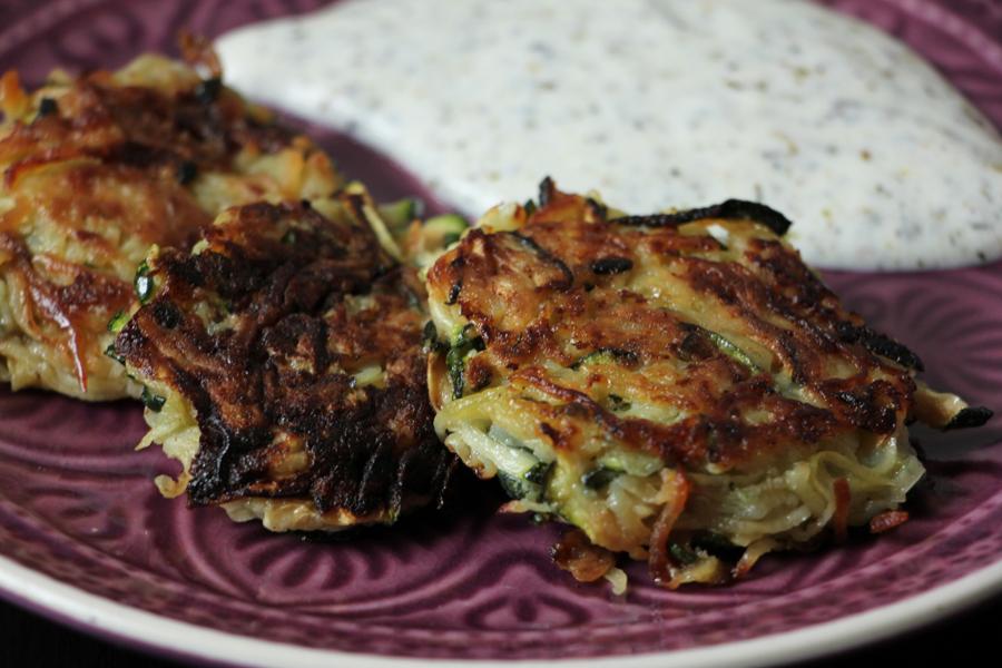 Zucchini-Kartoffelpuffer mit Kräuterdip 1