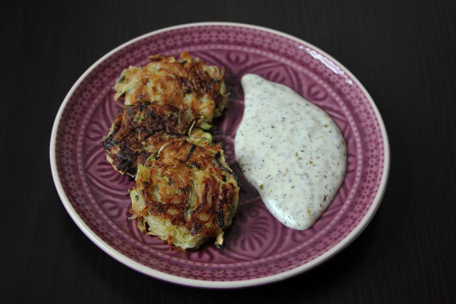 Zucchini-Kartoffelpuffer mit Kräuterdip 2