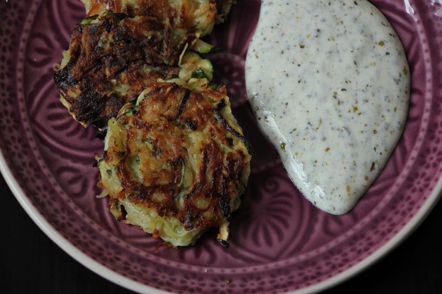 Zucchini-Kartoffelpuffer mit Kräuterdip 3