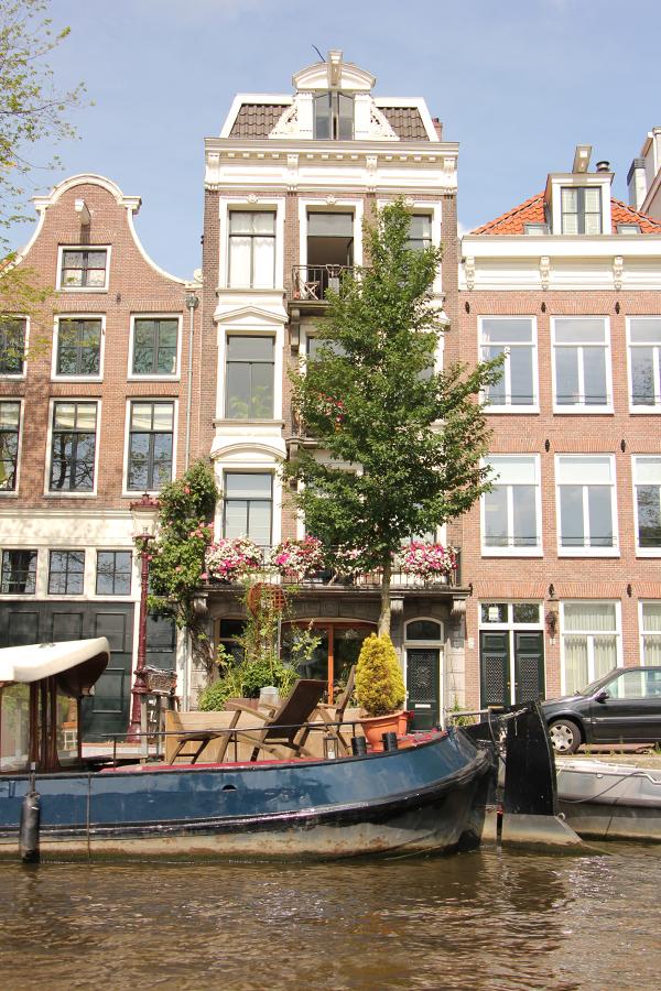 Grachten, Hausboote und schiefe Häuser