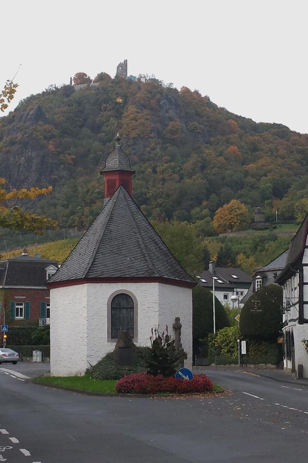 Das Siebegebirge im Herbst, Blick von der Kapelle in Rhöndorf zum Drachenfels.