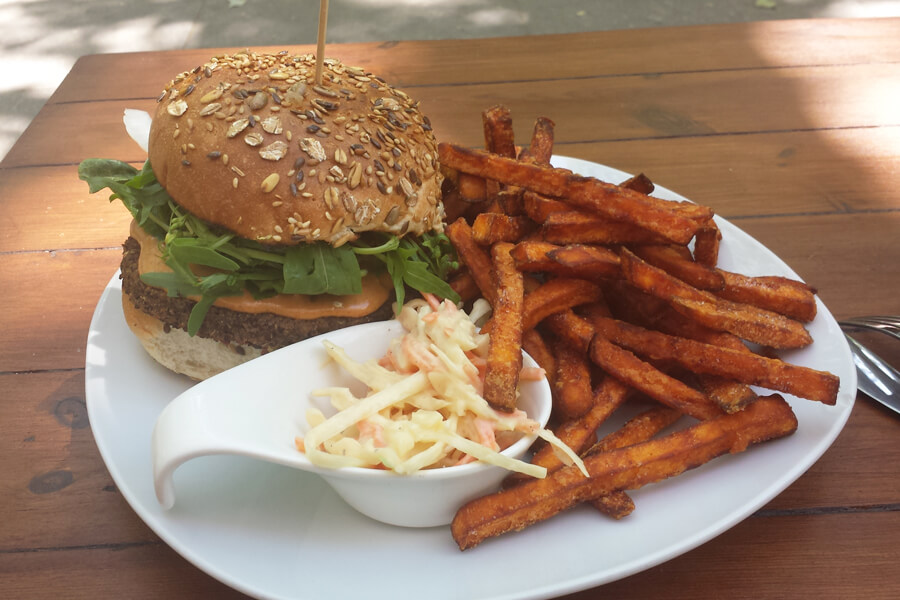 veganer Burger mit Süßkartoffelpommes im Lia's Kitchen in Berlin