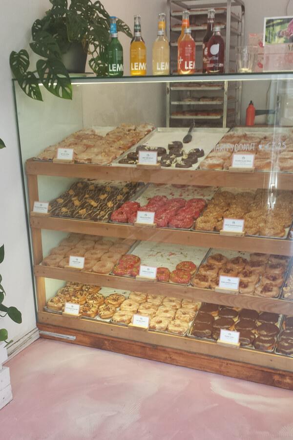 Theke mit veganen Donuts