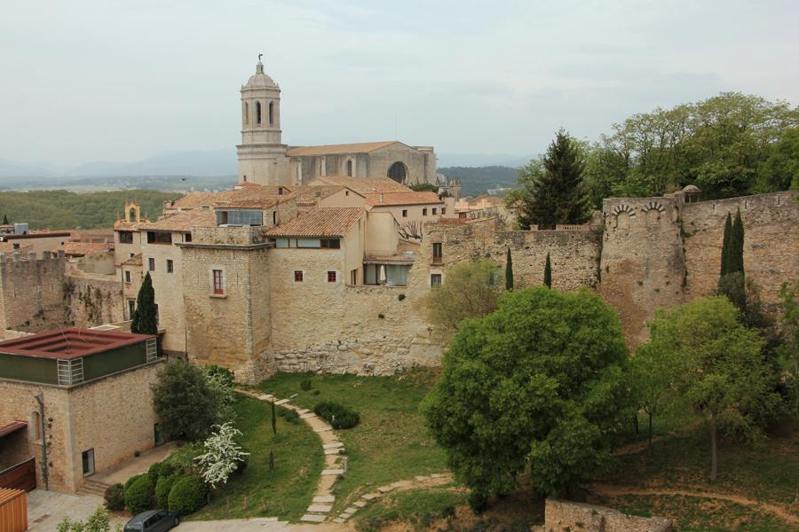Girona, Katalonien, Blick auf die Kathedrale von der Stadtmauer