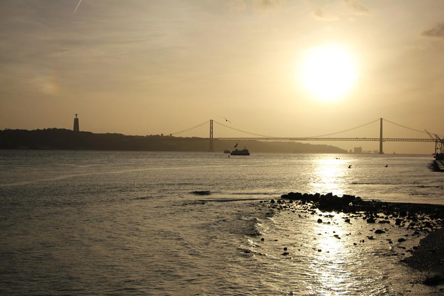 Sonnenuntergang über dem Tejo in Lissabon