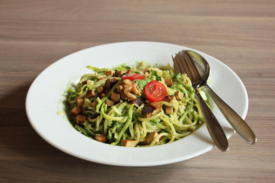 zucchinspaghetti-mit-spinat-walnuss-pesto-1