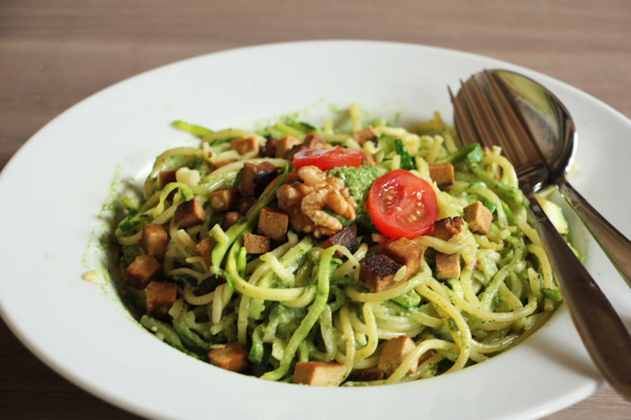 zucchinspaghetti-mit-spinat-walnuss-pesto-2