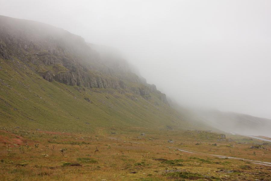 schroffe Berge im Nebel in den Ostfjorden