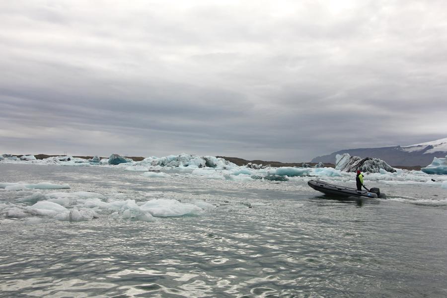 ein Schlauchboot fährt durch die Gletscherlagune Jökulsárlón