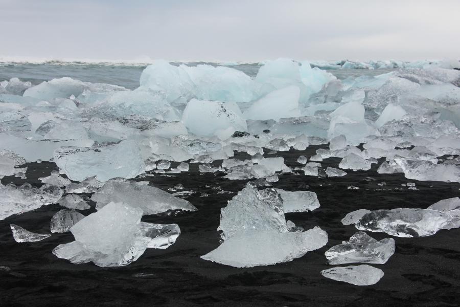 Diamond Beach in Island, Eisblöcke liegen auf schwarzem Sandstrand