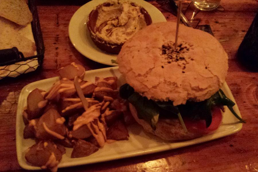 veganer Burger und Patatas Bravas in der Cat Bar