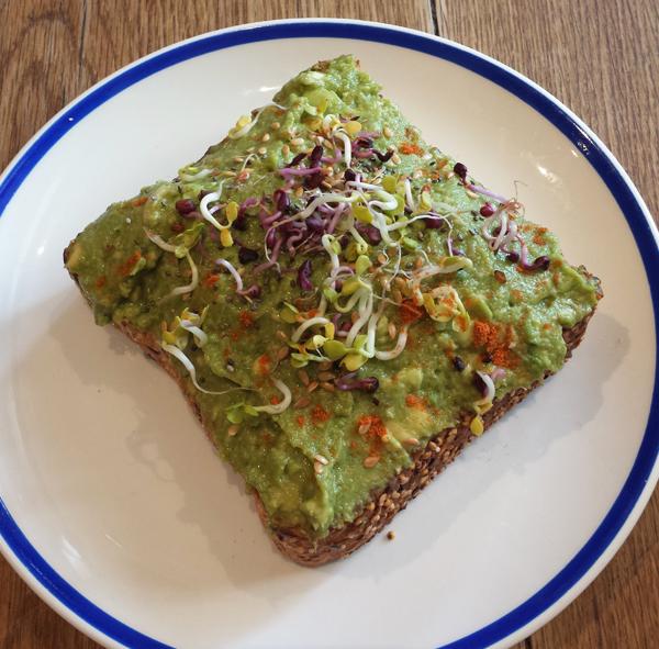 Avocado Toast beim Flax & Kale Brunch