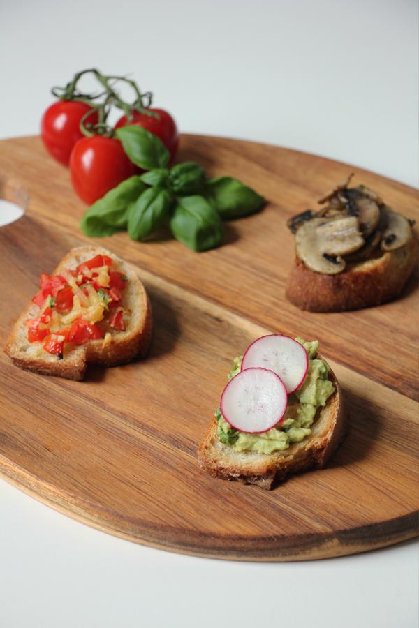 vegane Bruschetta mit Tomaten, Avocado und Pilzen