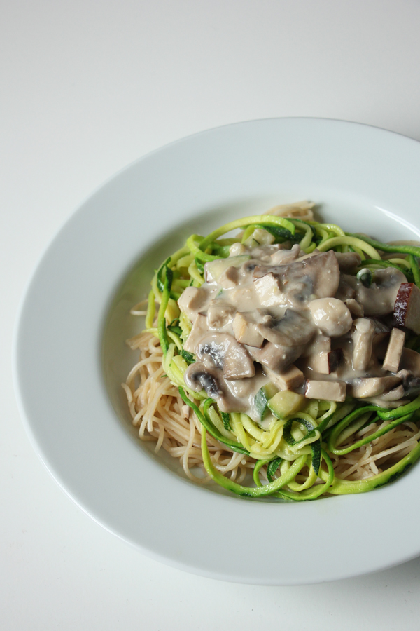 Zucchinispaghetti mit Cashew-Carbonara