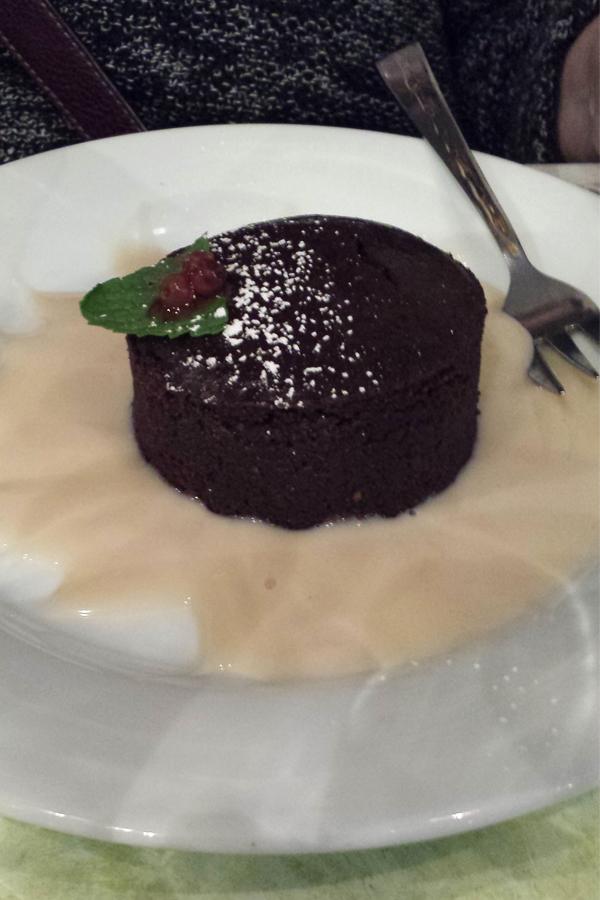 Veganes Schokotörtchen, Nachtisch in einem veganen französchischen Restaurant in Paris.