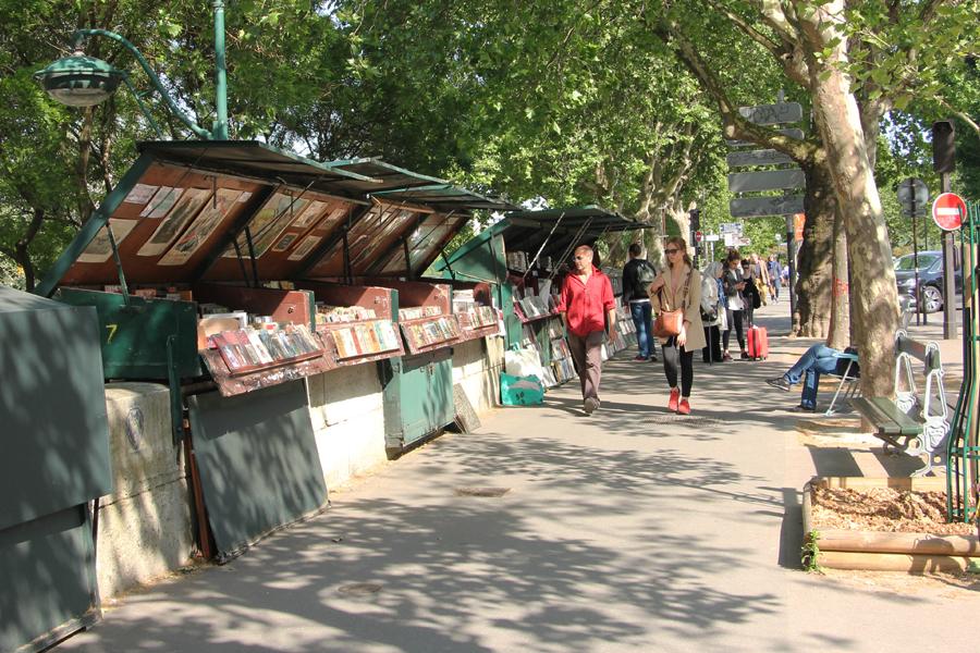 Bouquinisten verkaufen Bücher an Ständen entlang der Seine in Paris
