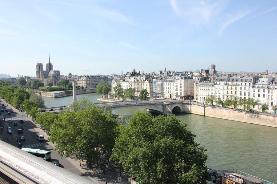 Ausblick auf die Seine und Notre Dame von der Dachterrasse des Institute du Monde Arabe in Paris