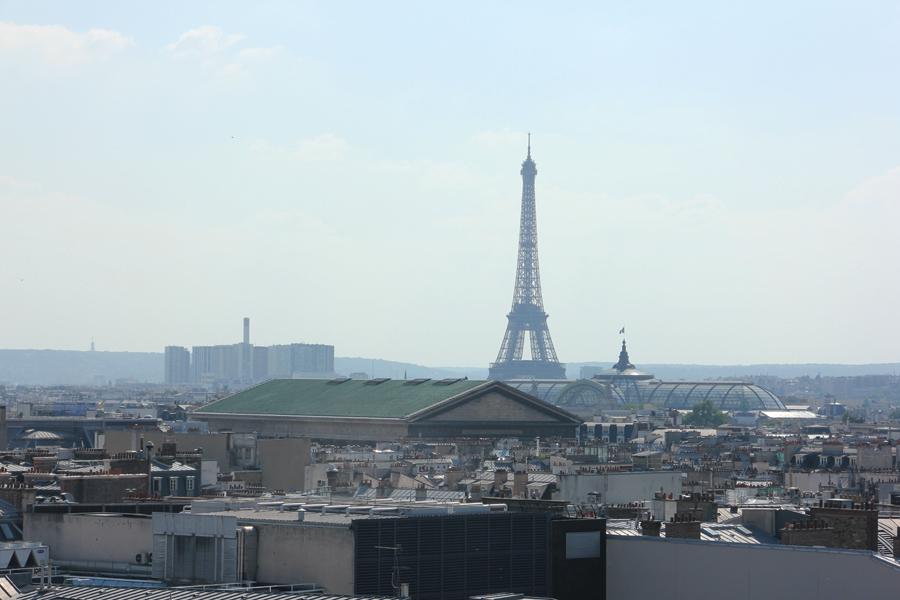 Ausblick auf Paris und den Eiffelturm von der Dachterrasse der Galleries Lafeyette