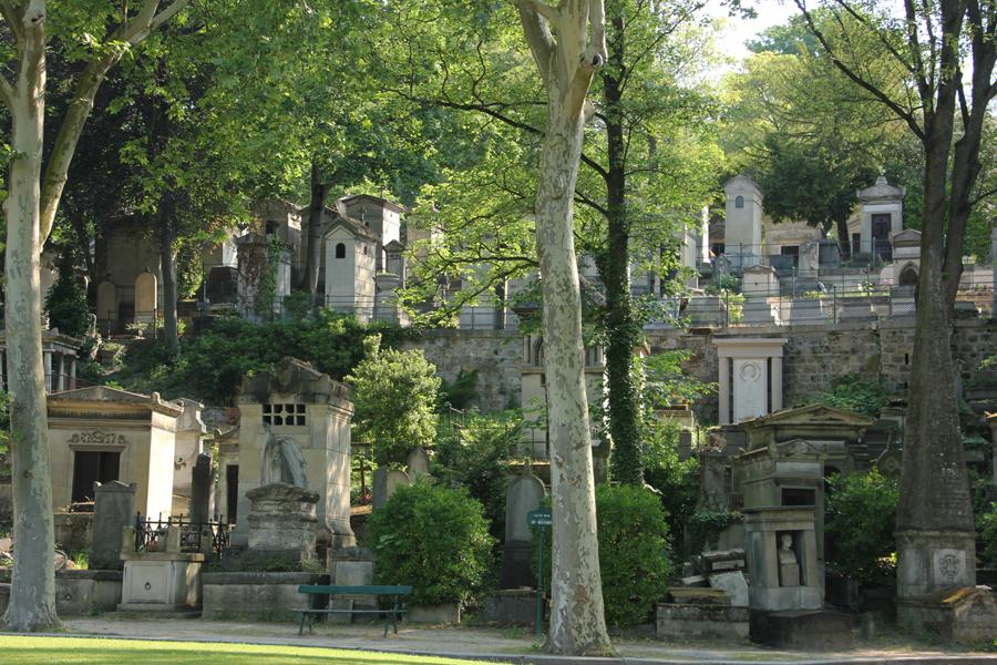 Alte Gräber auf dem Friedhof Père Lachaise in Paris