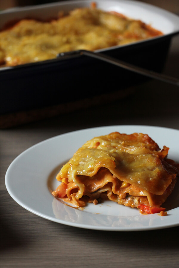 vegane Lasagne mit Backform im Hintergrund