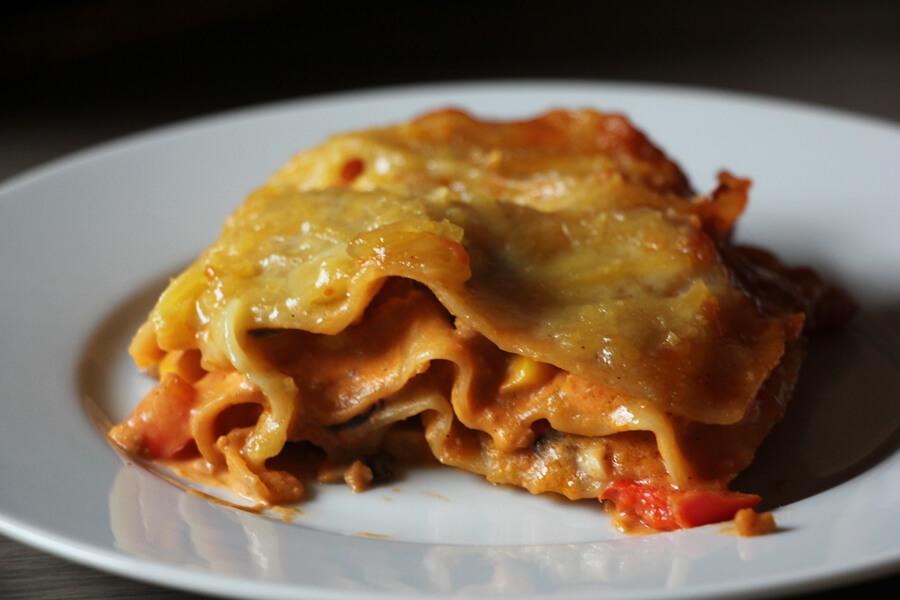 ein Stück vegane Lasagne auf einem Teller