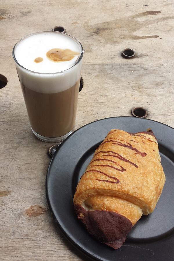 Schokocroissant und Latte Macchiato im Lost Weekend