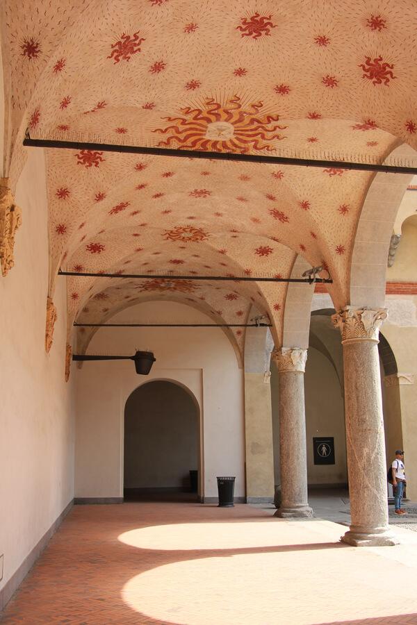 Innenhof mit Deckenverzierung im Costello