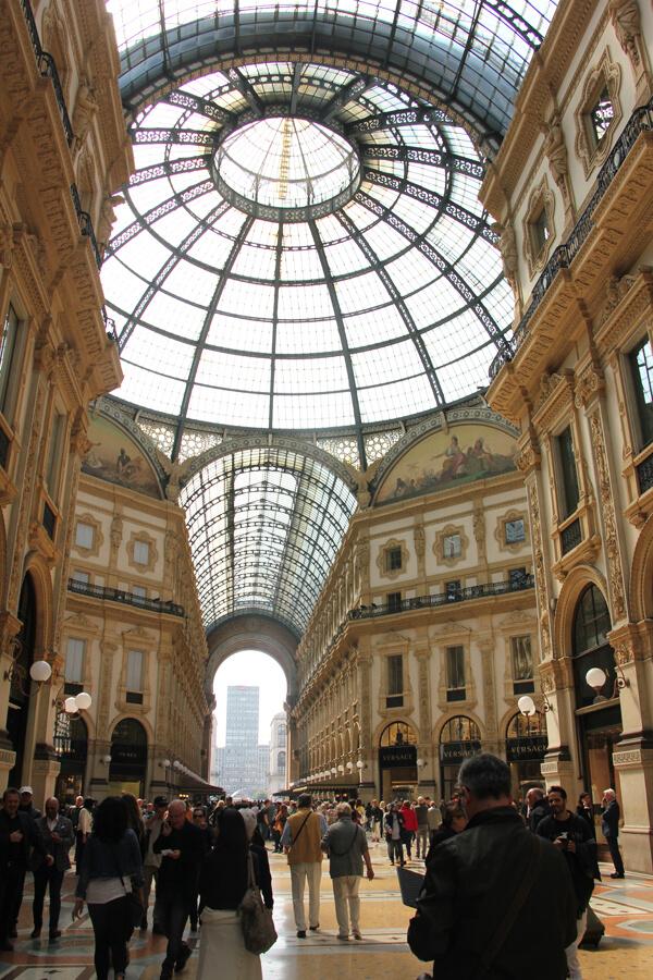 Blick von unten auf die Glaskuppel in der Galeria