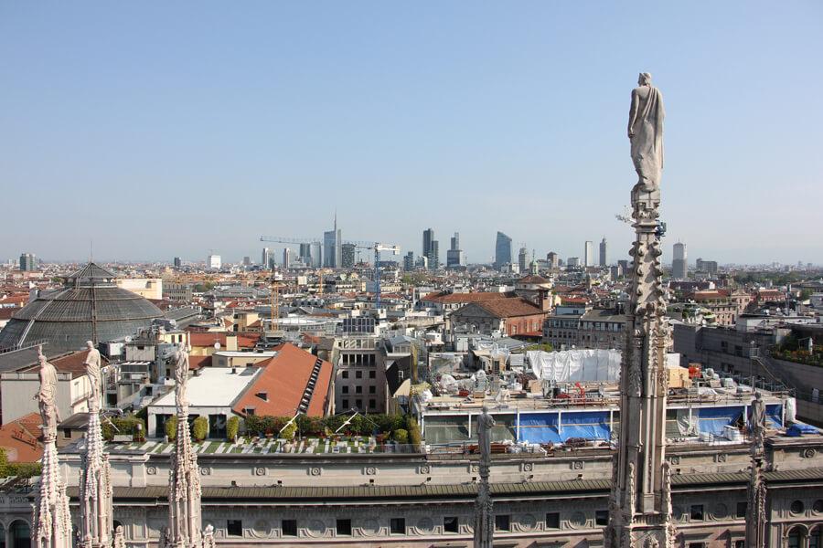 Blick von der Dachterasse des Doms auf die Mailänder Skyline