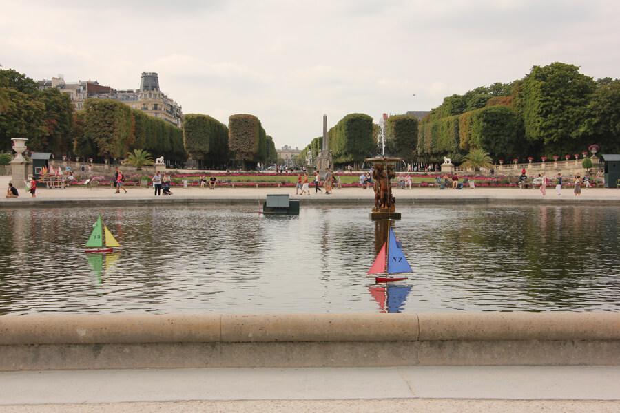 Boote auf dem Brunnen im Jardin du Luxemburg