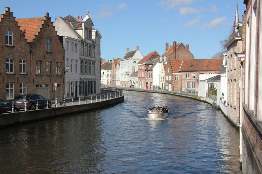 Ein Boot fährt auf dem Kanal in Brügge