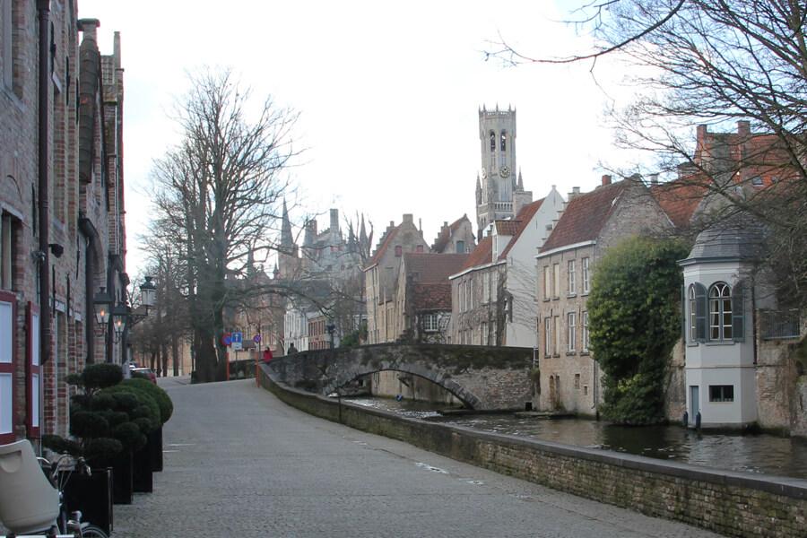 Straße mit Kanal und Aussicht auf den Belfried in Brügge