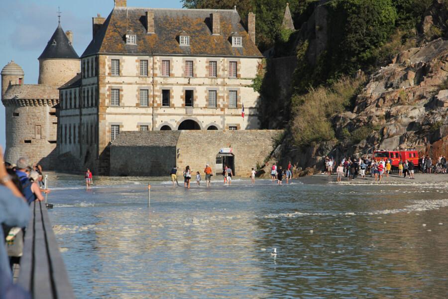 Touristen laufen durchts Wasser
