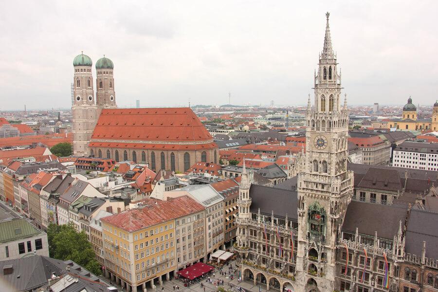 Blick vom Alten Peter auf die Frauenkirche und das Rathaus in München