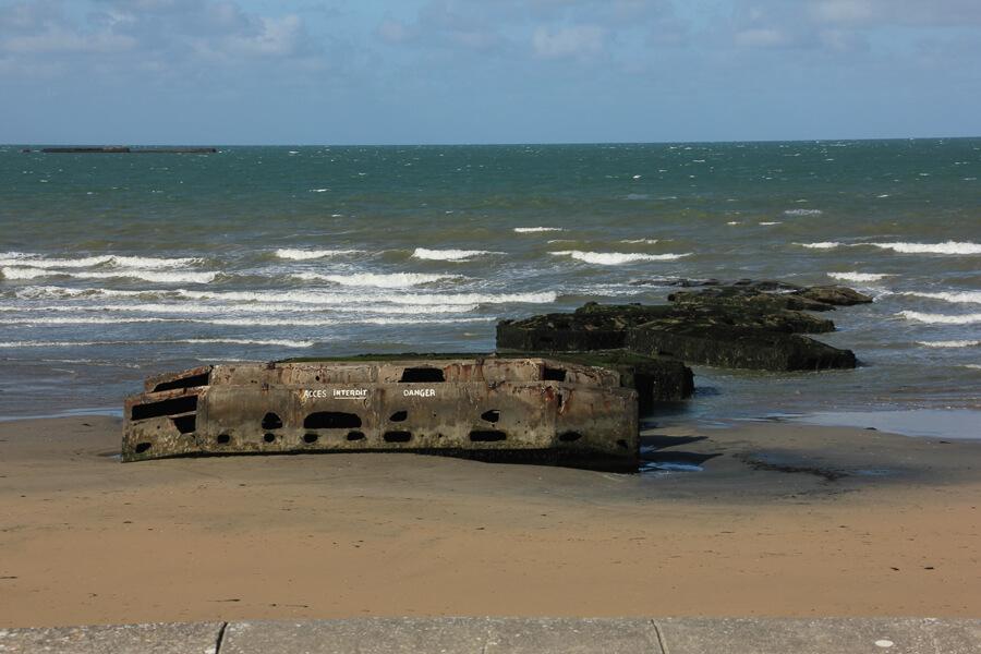 Überreste des Mulberry Hafens am Strand von Arromanches